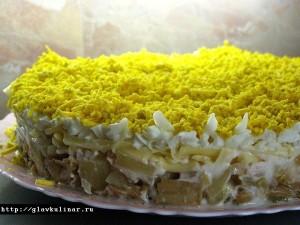 салат с рыбными консервами и панировочными сухарями