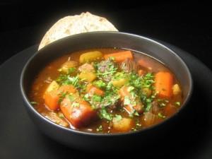 суп с тушеными овощами и свининой
